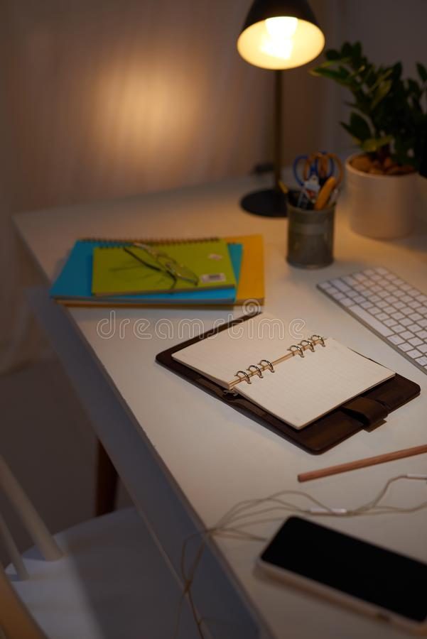 与计算机、供应、植物和咖啡杯的办公桌桌 库存图片