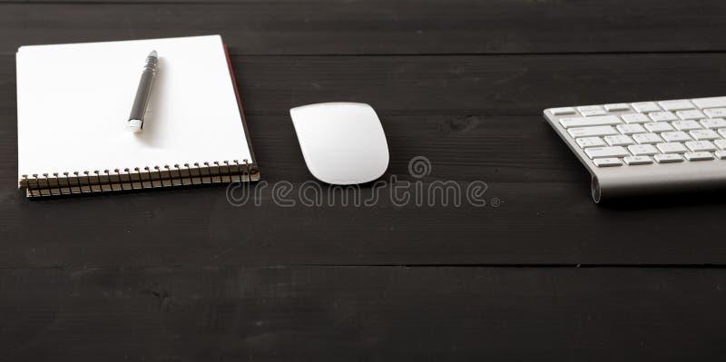 与计算机、供应和咖啡杯的办公室皮革书桌桌 免版税库存照片