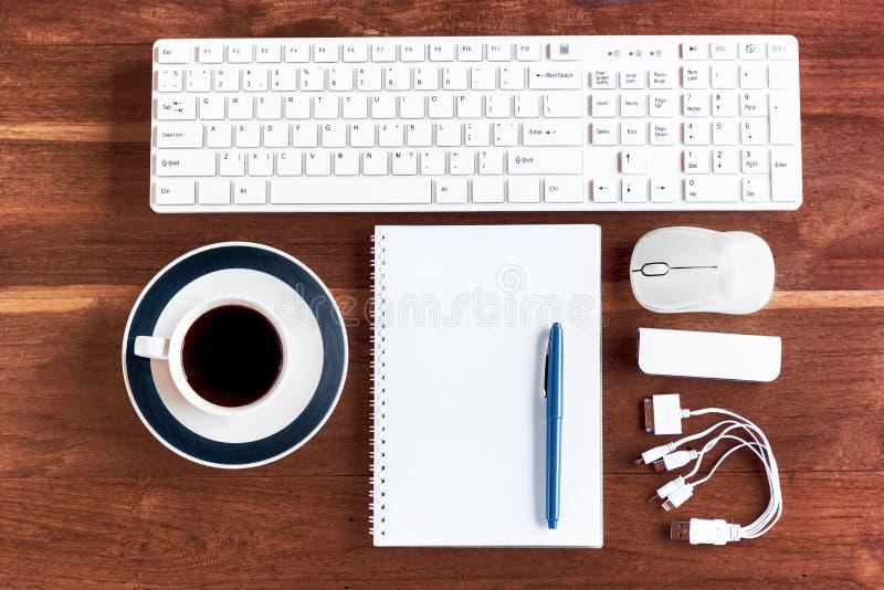 与计算机、供应和咖啡杯的办公桌桌 库存图片