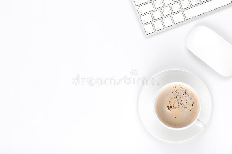 与计算机和咖啡杯的办公桌桌 库存照片