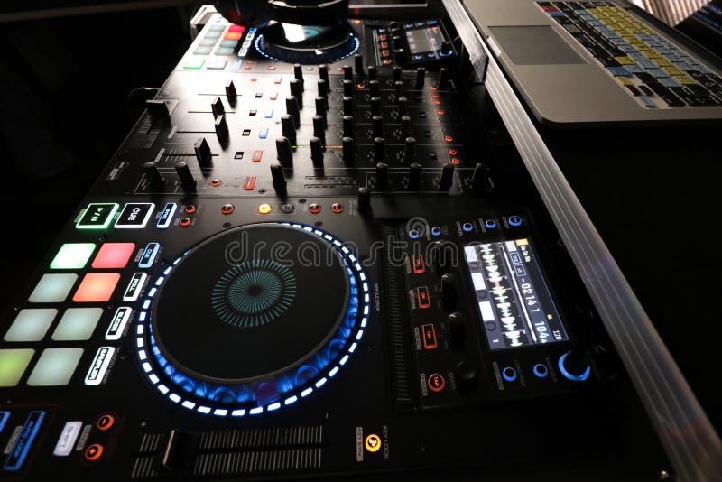与计算机和搅拌器的DJ控制器 库存照片