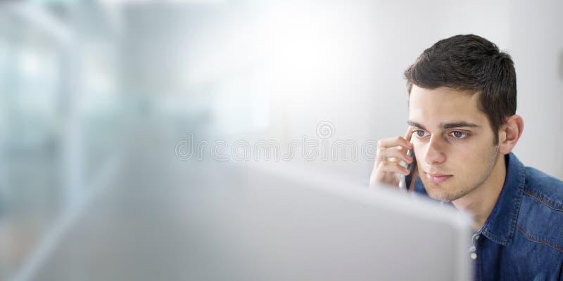 与计算机的年轻人 库存照片