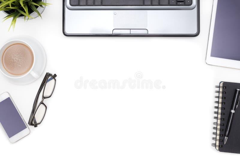 与计算机笔记本的办公用品在白色书桌上 免版税库存图片