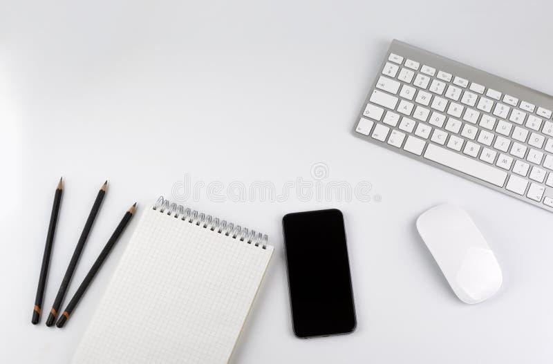 与计算机,智能手机,笔记本,铅笔的办公桌桌- 免版税库存图片