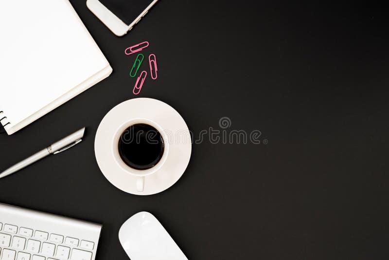 与计算机,电话,白色老鼠,银色笔的办公桌桌, 免版税库存照片