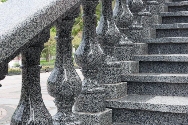 与计算的扶手栏杆,花岗岩台阶的花岗岩梯子 库存图片
