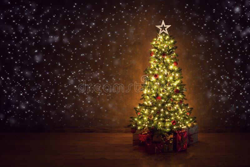 与许多五颜六色的礼品的装饰的圣诞树 库存图片