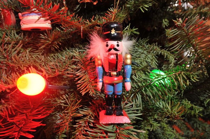 与许多光和装饰品的圣诞树 图库摄影