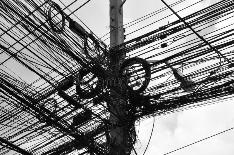 与许多导线的电话线杆 免版税库存照片