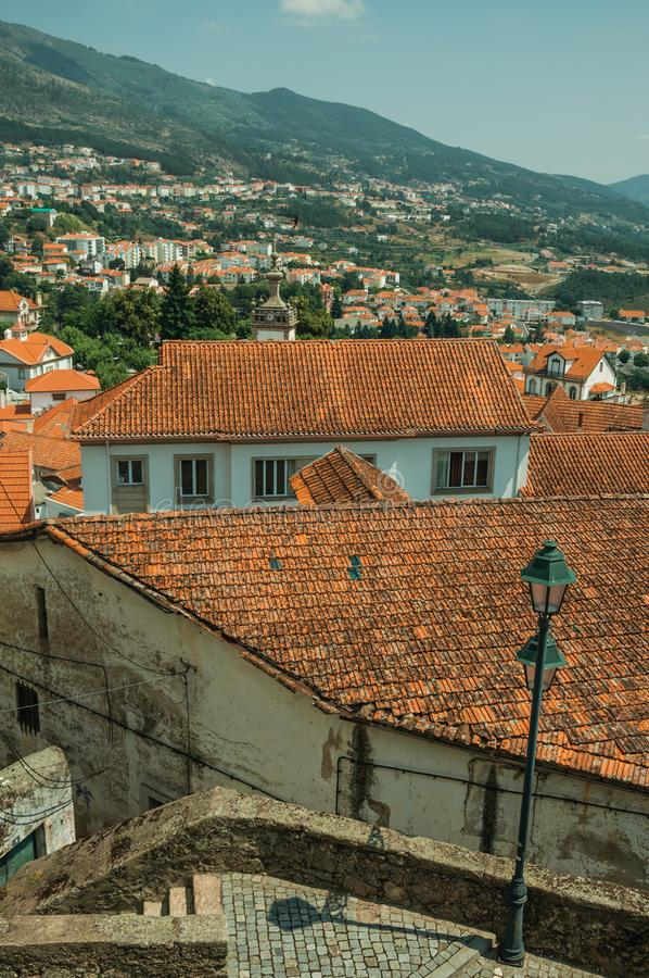 与许多屋顶和多小山风景的都市风景 免版税库存图片