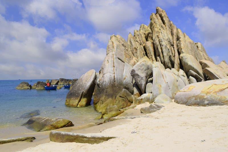 与许多岩石的美丽的热带海滩在岸在ke ga, 库存照片