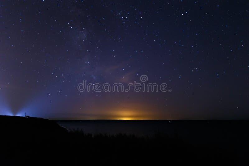 与许多星的蓝色黑暗的夜空 免版税库存图片