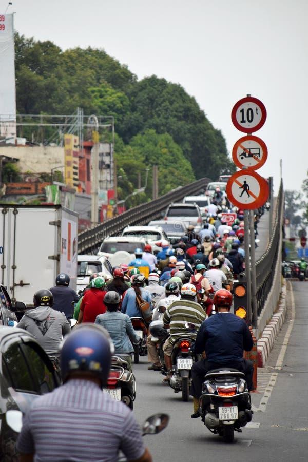 与许多的下班时间交通在路的脚踏车 免版税图库摄影
