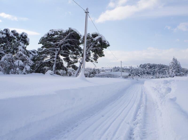 与许多的全景美妙的冬天雪和雪漂泊在Evia,希腊海岛上的希腊村庄  免版税库存图片