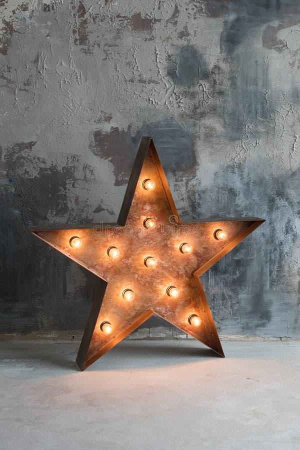 与许多的大装饰减速火箭的星在难看的东西混凝土背景的灼烧的光 美丽的装饰,现代设计 库存图片