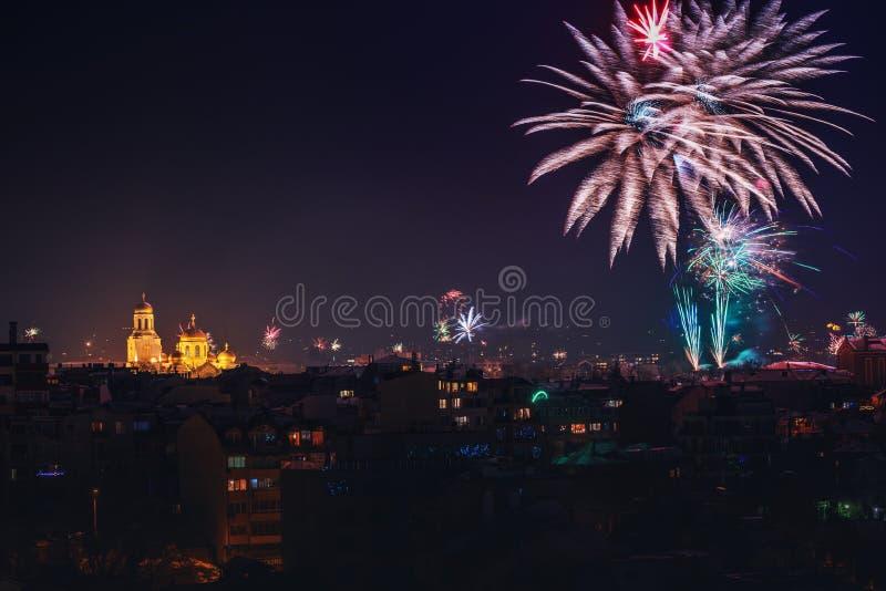 与许多的街市瓦尔纳都市风景闪动的烟花celebratin 免版税库存照片
