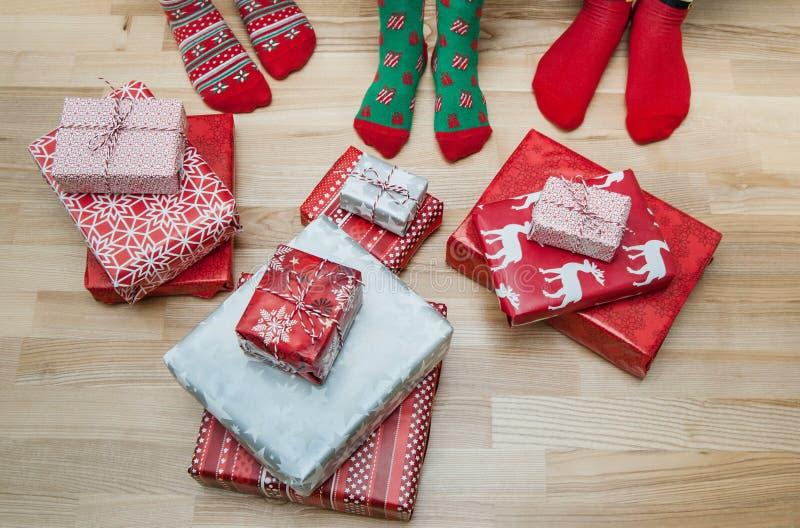 与许多礼物的脚 圣诞节假日概念 图库摄影