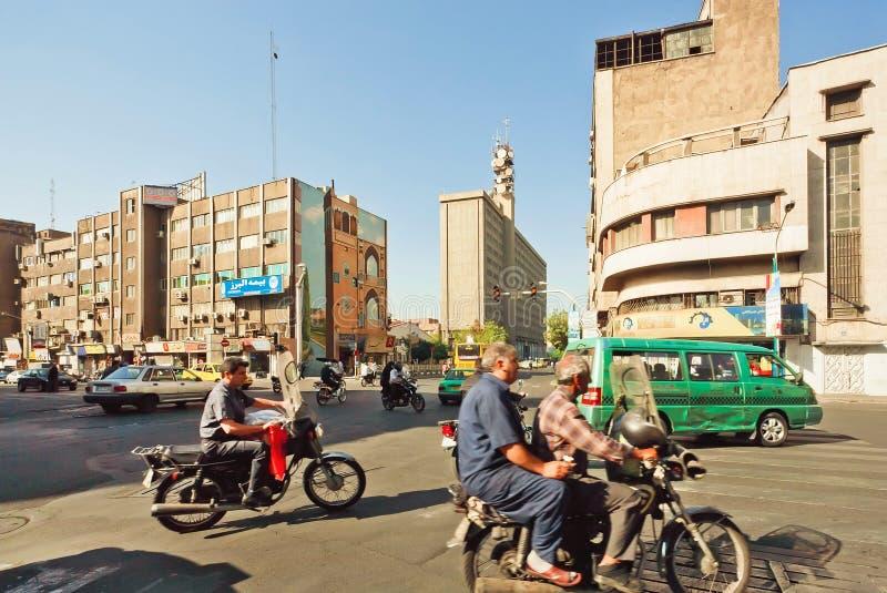 与许多自行车的城市交通在伊朗首都德黑兰拥挤的街上  免版税库存照片