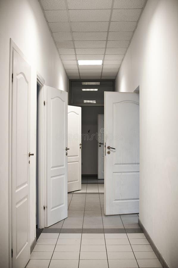与许多门的走廊开张 免版税图库摄影