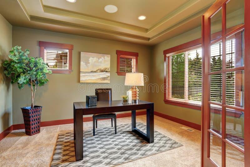 与设计好的木书桌的现代家庭办公室内部 图库摄影