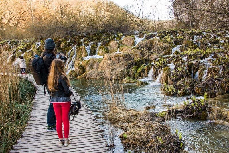 与访客的普利特维采湖群国家公园视图 库存照片
