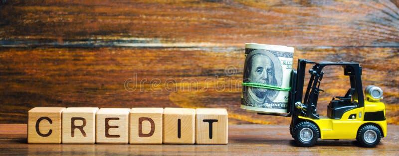 与词信用和铲车的木块 贷款人提供的贷款给借户在有些兴趣为使用  库存照片