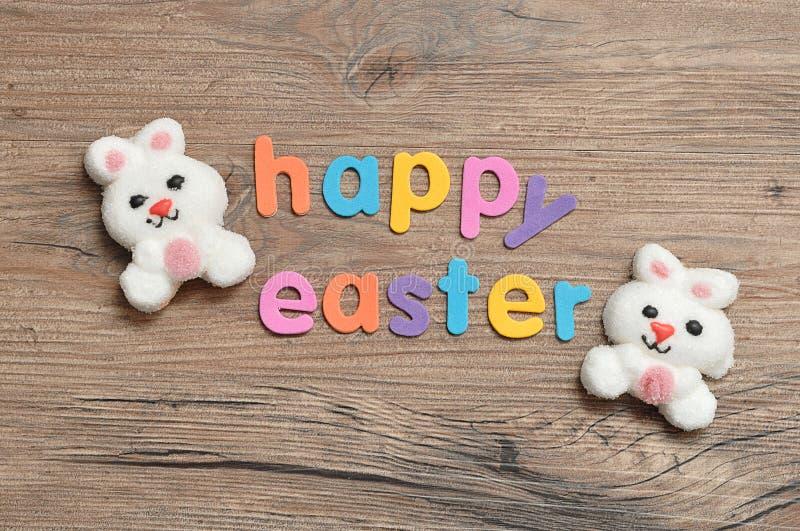 与词复活节快乐的两个兔宝宝形状蛋白软糖 库存照片