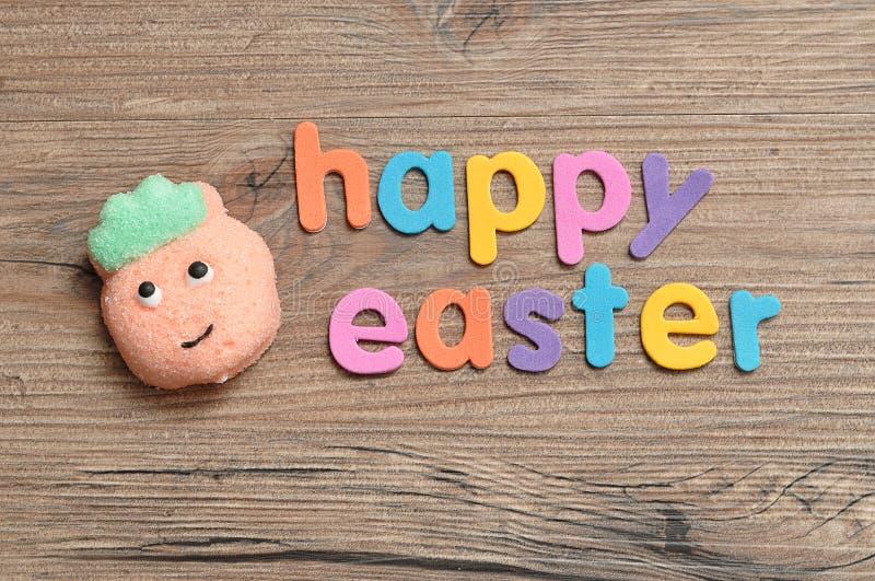 与词复活节快乐的桃子形状蛋白软糖 库存照片