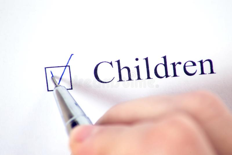 与词孩子的清单与笔的白皮书的 复选框概念 免版税库存照片