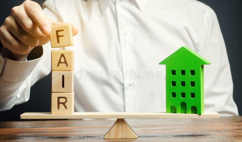 与词市场和一个木房子的木块 不动产和住房的公平价值 u r 图库摄影