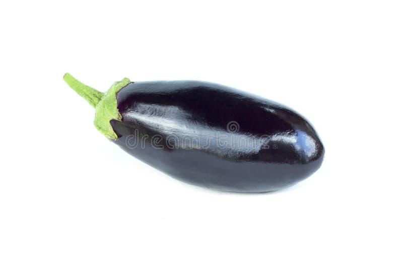 与词根的新鲜的紫色茄子菜 整个茄子,一棵菜,有机食品成份,隔绝在白色 库存照片
