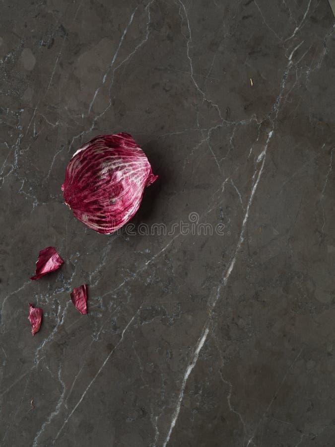与词根的美丽的新鲜的紫洋葱皮肤 库存图片