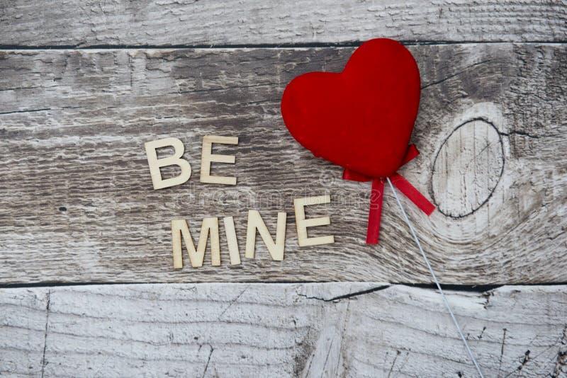 与词的红色心脏我的在木背景 库存图片