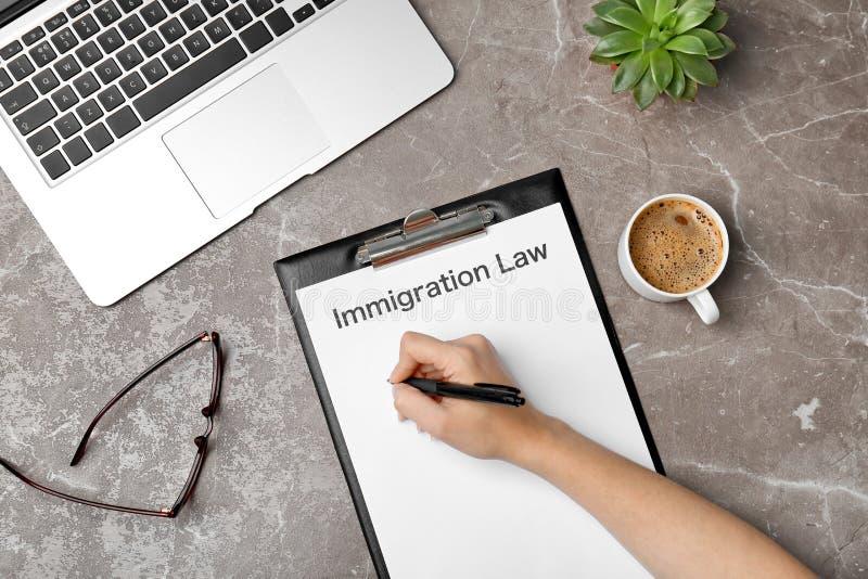 与词移民法律的妇女填装的形式 库存图片