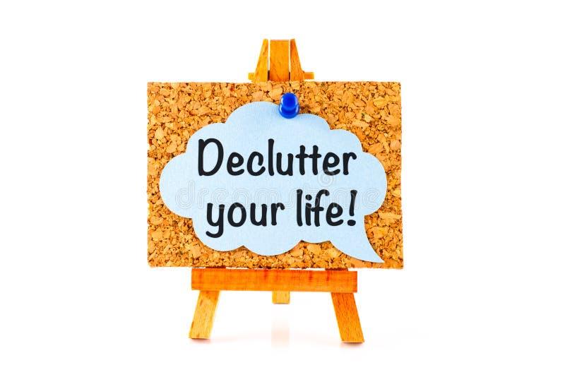 与词组Declutter的蓝色讲话泡影您的在corkboard的生活 免版税库存照片