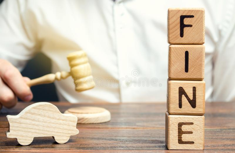 与词罚款的木块,木汽车和法官 违反交通法律 惩罚作为对罪行和进攻的一项处罚 免版税库存图片