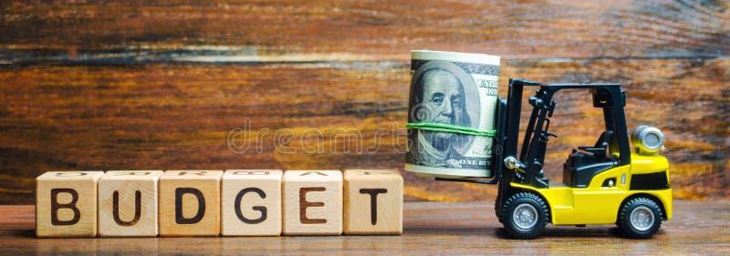 与词预算、金钱和铲车的木块 r 赢利和收入在公司中 免版税库存照片