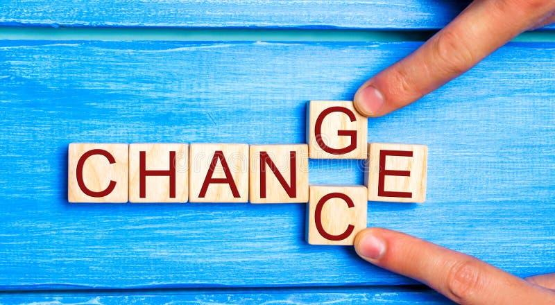 与词`变动`的木立方体对`在木桌上的机会` 个人发展和事业成长或者变动概念 Conce 免版税库存图片