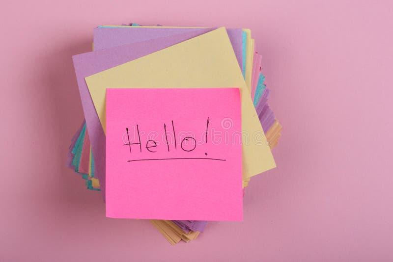 """与词""""的贴纸;Hello"""";在桃红色背景 库存图片"""