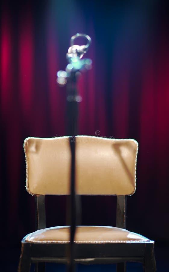与话筒身分的剧院椅子 免版税库存照片