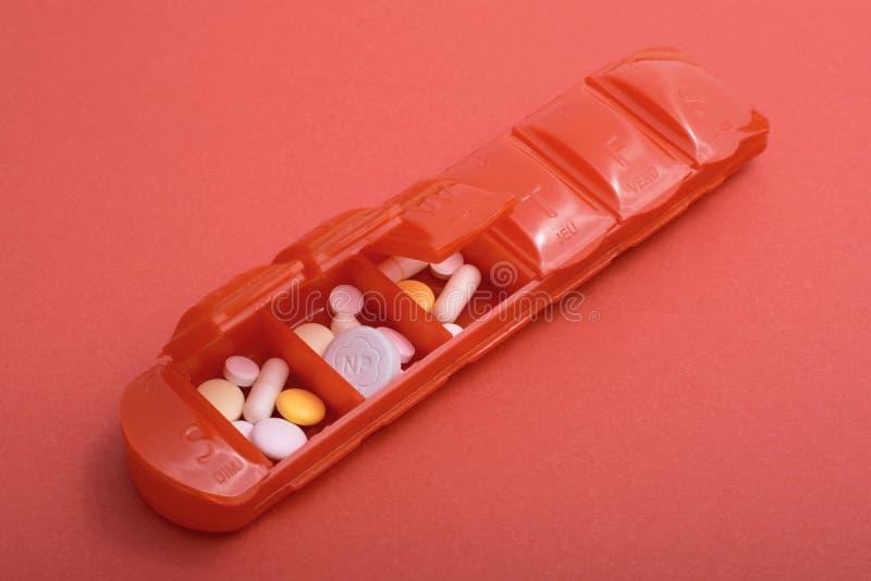 与说明卫生问题浅焦点的许多的药片盒药片 免版税库存照片
