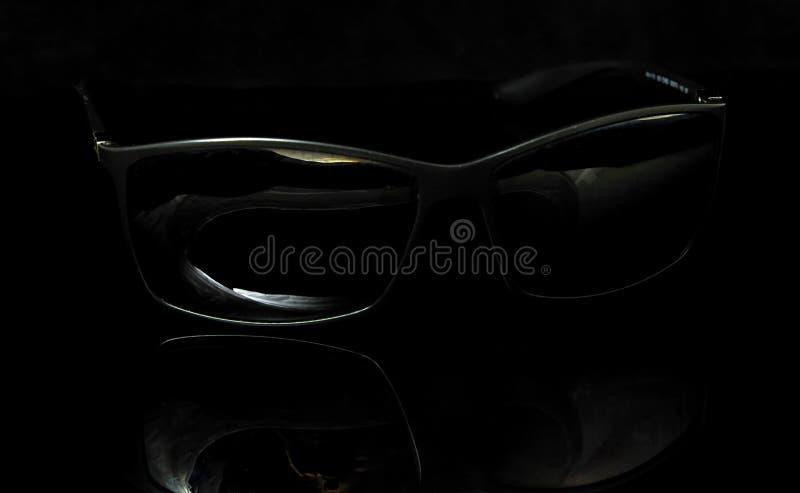 与说谎在黑色的反射的黑玻璃 免版税图库摄影