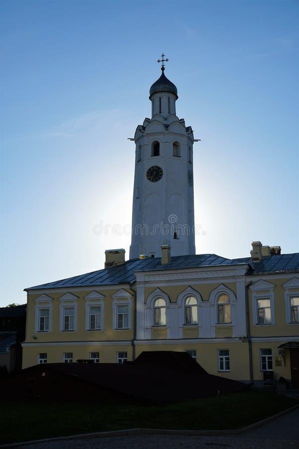 与诺夫哥罗德州克里姆林宫的时钟的钟楼日落的 免版税库存照片