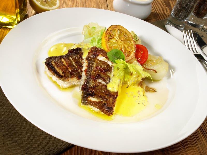 与调味汁蛋黄奶油酸辣酱的鳕鱼 免版税图库摄影