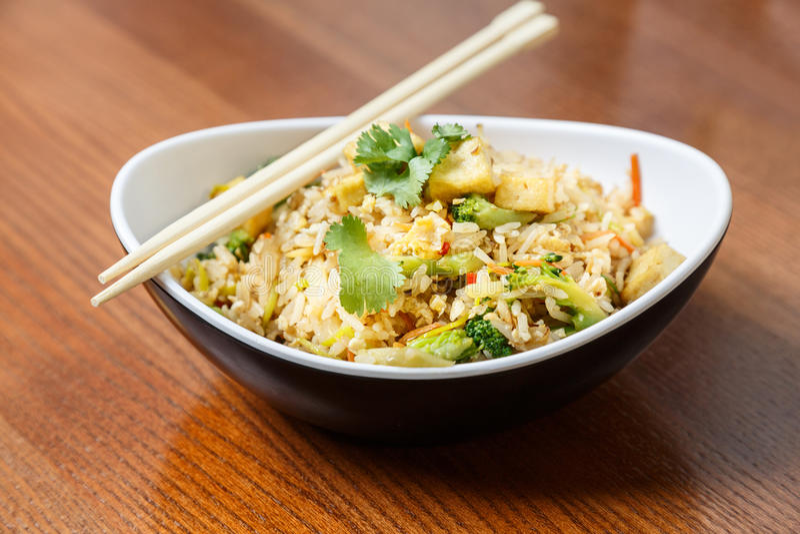 Download 与豆腐和菜的亚洲riÑ  e 库存照片. 图片 包括有 食物, 豆腐, 夜间, 柠檬, 餐馆, 大蒜, 蔬菜 - 72354382