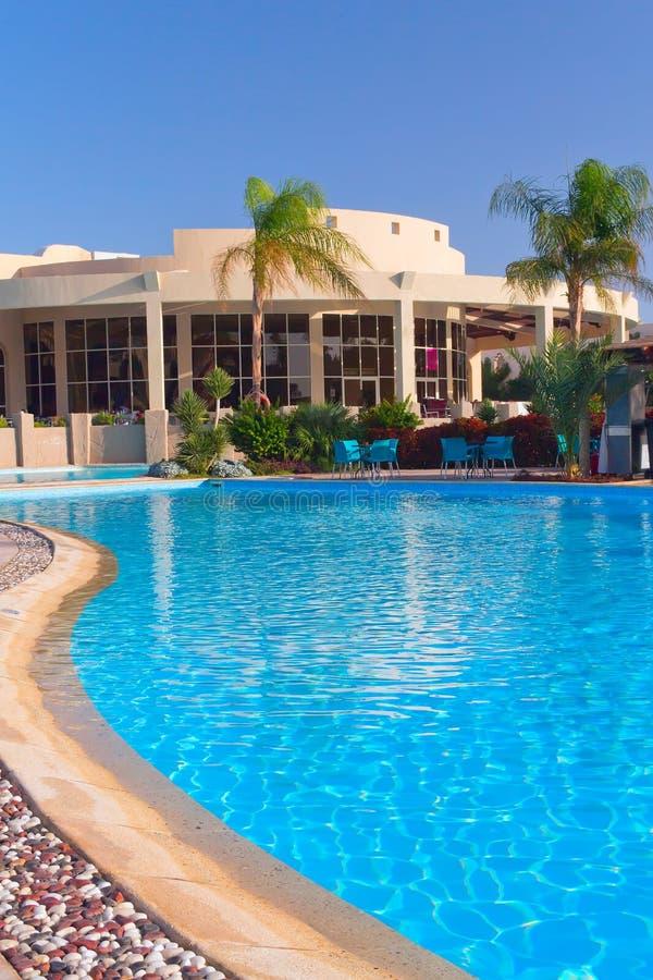 与豪华游泳池(Hurghada,埃及)的手段 图库摄影