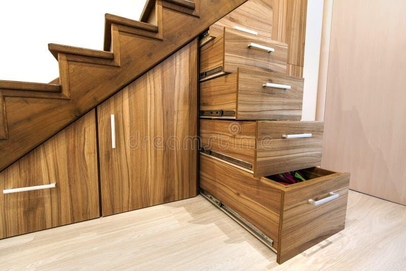 与豪华走廊的现代建筑学内部有光滑的wo的 库存图片