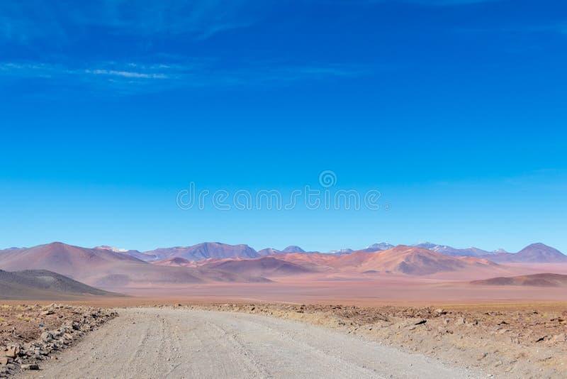 与贫瘠沙漠风景的背景在自然保护的Edoardo Avaroa玻利维亚人安地斯, 库存照片