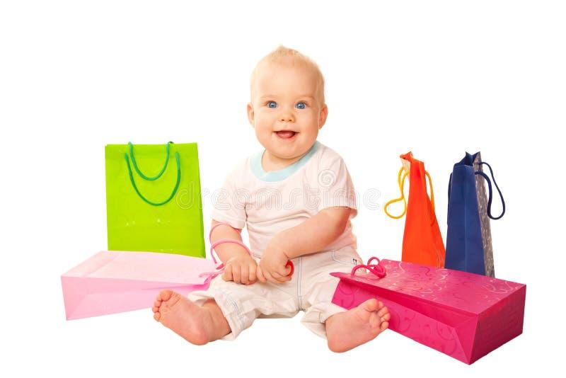 与购物袋的愉快的孩子。 免版税图库摄影
