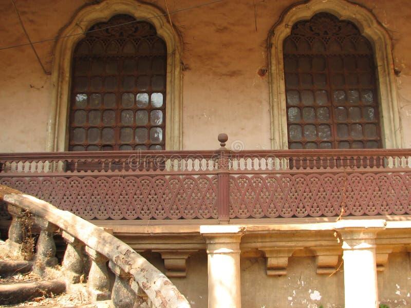 与赤土陶器的老窗口铺磁砖了屋顶 从果阿,印度的建筑细节 库存图片